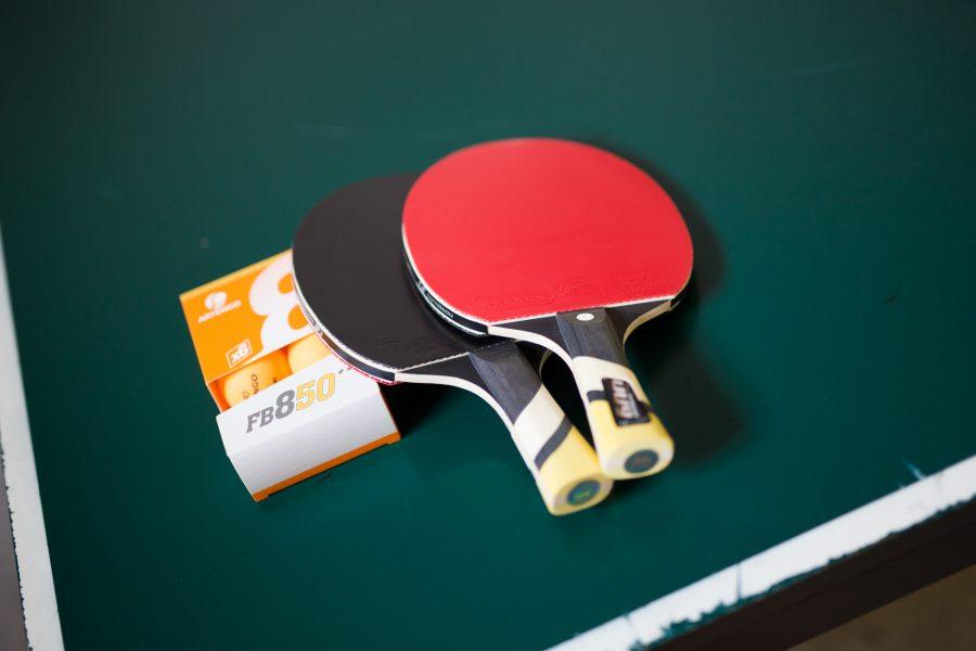 Tischtennisschläger und-bälle