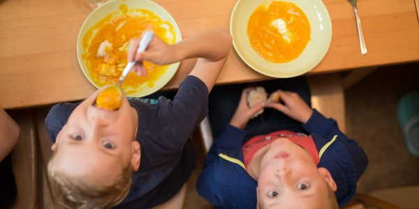 Neugierige Kinder beim Mittagessen