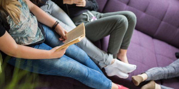 Buch lesen in Mädchenwohngruppe