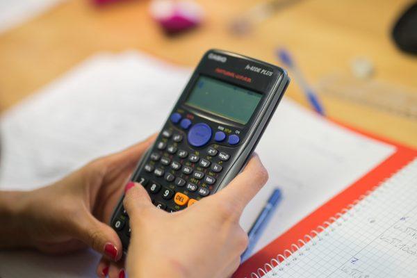 Kind macht Mathe-Hausaufgaben