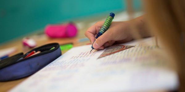 Vormittagsbetreuung – Kind macht Hausaufgaben
