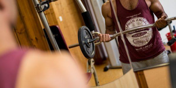 Langhantelheben im Fitnessraum