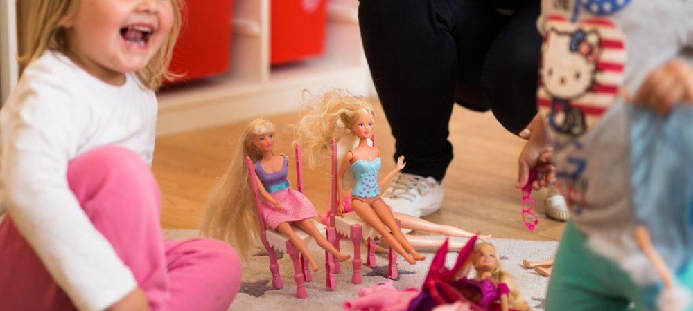 Kinder spielen mit Barbies