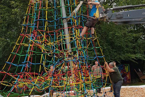 Männer ziehen Kletterturm hoch